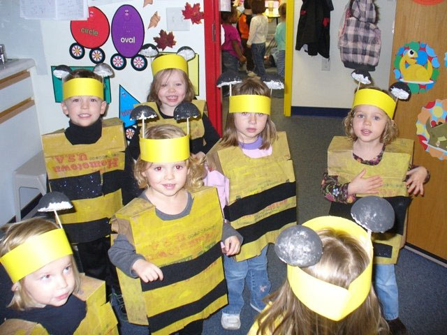 preschoolers dressed up as bumblebees